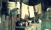 Ropa sobre la cocina a leña