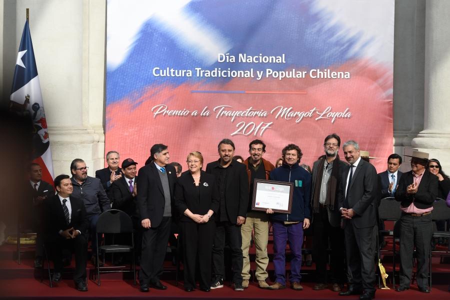Presidenta Bachelet junto al Ministro Ottone, Osvaldo Cádiz y el grupo ...
