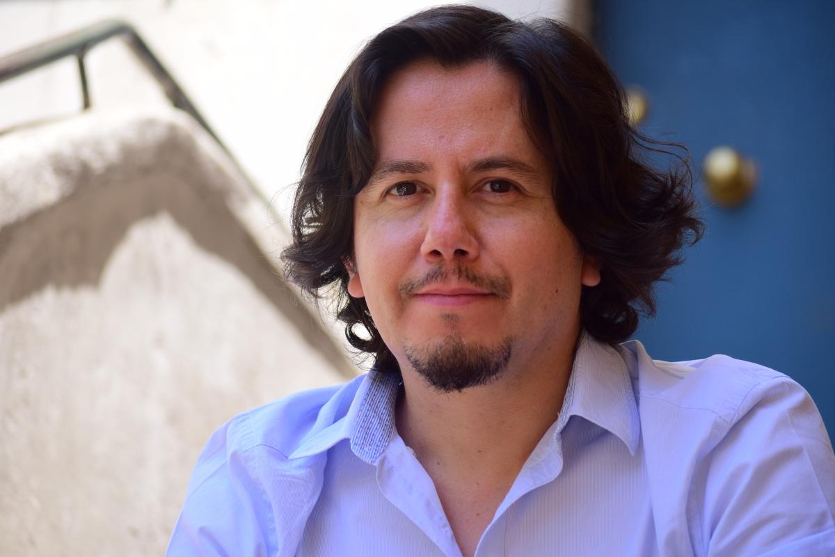 """Juan Pablo Sáez, escritor: """"La mejor forma de enfrentar los miedos a hablar sobre la dictadura es a través de la ficción"""""""